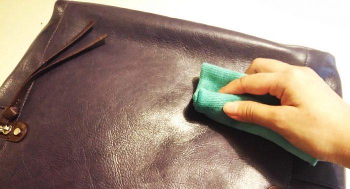 lau túi nhiều lần bằng khăn ấm- cách làm mới túi da