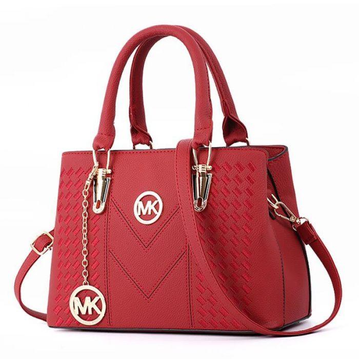 Muốn lựa chọn những chiếc túi xách cho mẹ thì không nên chạy theo xu hướng